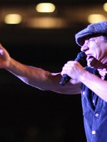 2000 de străini vin la concertul AC/DC de la Bucureşti
