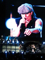 RECENZIE: AC/DC, concert exploziv la Bucureşti în Piaţa Constituţiei