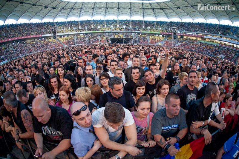 Publicul în aşteptarea celor de la Depeche Mode