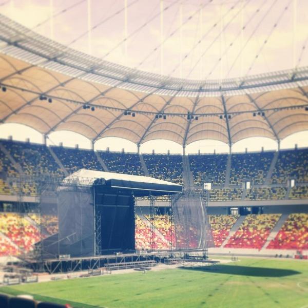 Amplasarea scenei pentru concertul Depeche Mode este în plină desfăşurare - Foto: facebook.com/emagic.romania
