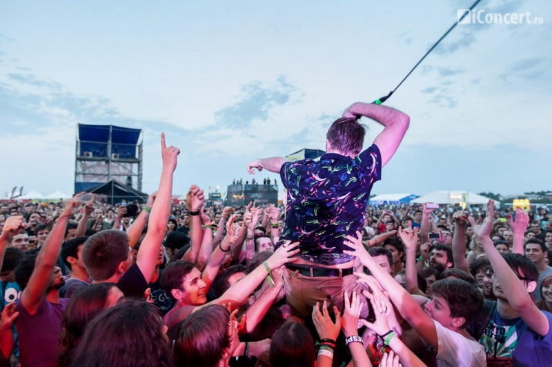 Crowd surfing cu solistul Enter Shikari la B'ESTFEST 2013