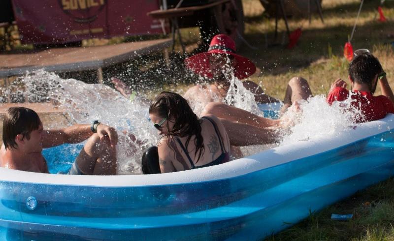 """Peninsularii s-au răcorit în """"piscină"""" - Foto: facebook.com/PeninsulaFelszigetOfficial"""