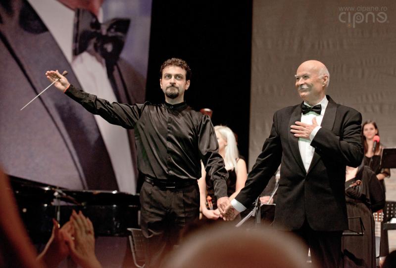 Tudor Gheorghe alături de dirijorul Marius Hristescu - Foto: Ciprian Vlăduţ / cipane.ro