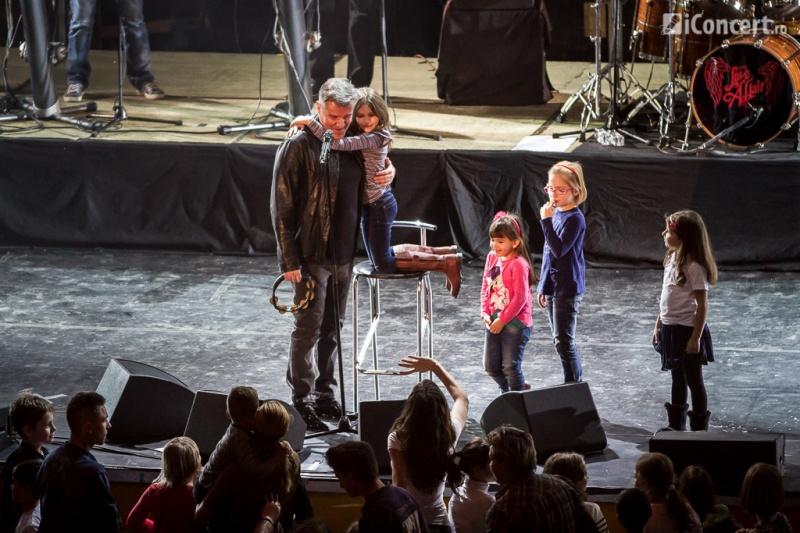 Dan Bittman ca cântat alături de copiii prezenţi la concert - Foto: Daniel Robert Dinu / iConcert.