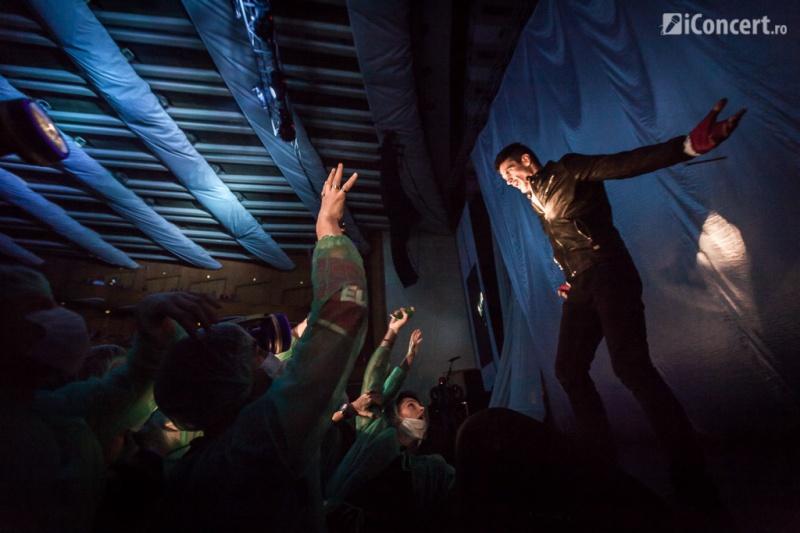 Tudor Chirilă urmărit de asistenţii medicali - Foto: Daniel Robert Dinu / iConcert.ro