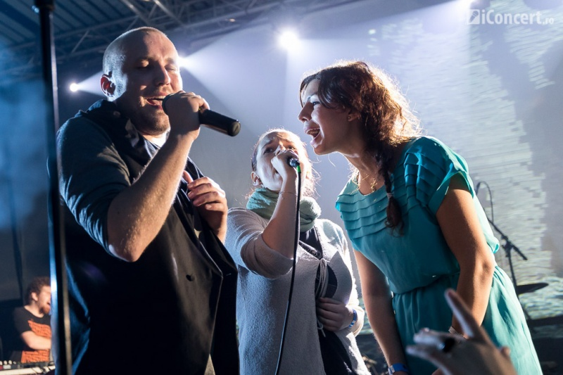 Bogdan Mezofi, solistul Grimus şi fetele din public - Foto: Daniel Robert Dinu / iConcert.ro
