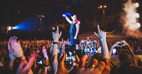 """RECENZIE: De la entuziasmul de a-l avea pe scenă pe """"fucking amazing""""-ul Robbie Williams la agonia setei (FOTO)"""
