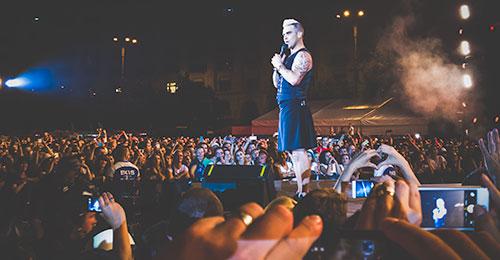 FOTO: Robbie Williams în Piaţa Constituţiei din Bucureşti