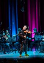 RECENZIE: Nigel Kennedy la Bucureşti sau dovada că muzica simfonică face casă bună cu umorul britanic (POZE)