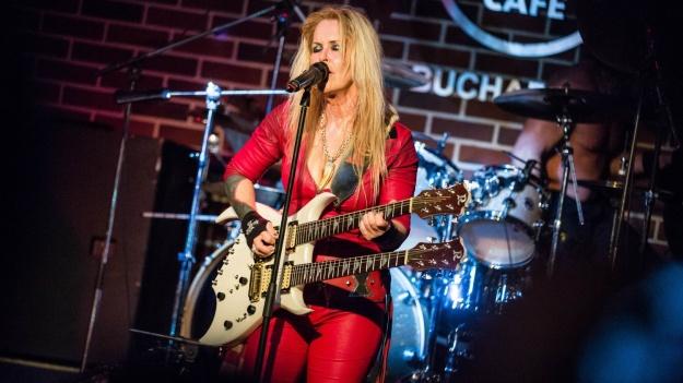 RECENZIE: Rock la feminin cu Lita Ford în Hard Rock Cafe din Bucureşti (FOTO)