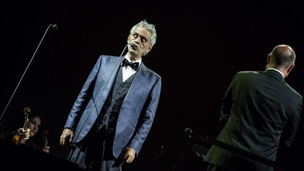 RECENZIE: 10.000 de români au cântat împreună cu Andrea Bocelli şi invitaţii acestuia, în concertul de la Bucureşti (FOTO)