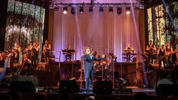 RECENZIE: Ritmuri din balcani şi multă energie la concertul lui Nikos Vertis de la Sala Palatului (FOTO)